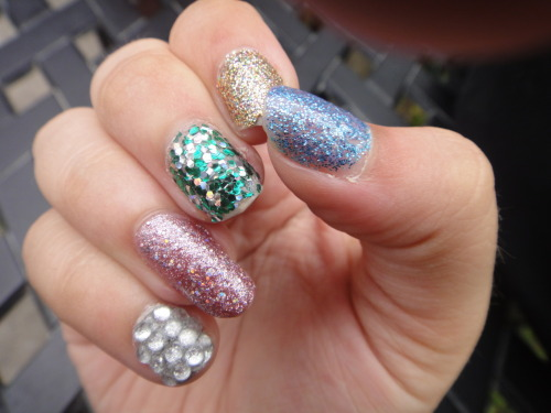 RANDOM GLITTERNESS YAY! So these are really bad and chipped but I was just doing it to my right hand because I LOVE GLITTER and so I was just testing out different glitter polishes I have :P