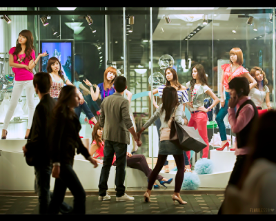ilovesy:  021090:  oniontaker:  SNSD mannequins… the girlfriend pulling away the mesmerised boyfriend lol  i forgot what show is this or when was this DDD:  i can see soofany!