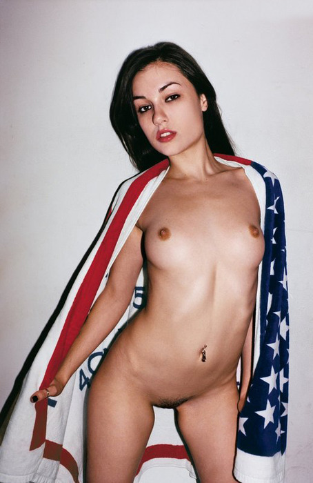 sasha grey wearing an american flag towel  画