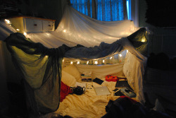 bookofmar:  Simple living.  Something like how I want my room. <3