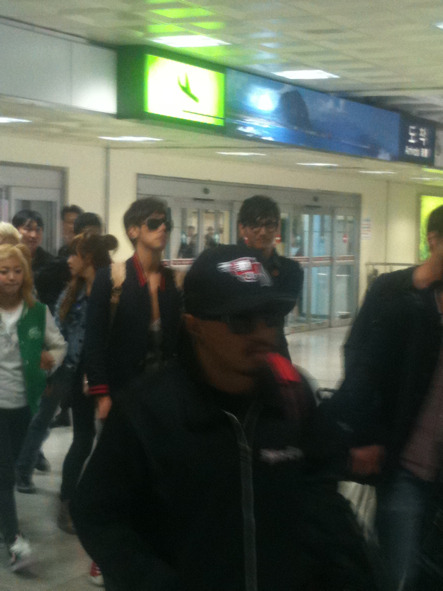 f x and tvxq but why max smiling  and yunho dont care about anything and pic 3 he look for vic and yunho go