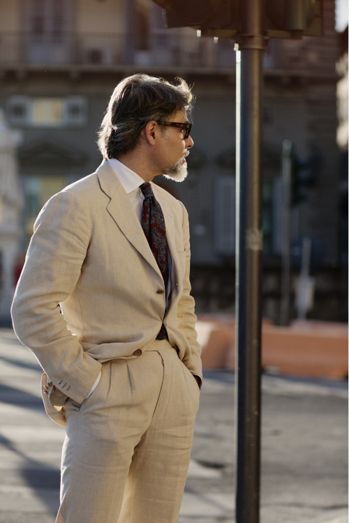 Another clean cut linen suit.  Italian men know best.  [Taken in Florence] theitaliancut:  Source: The Sartorialist