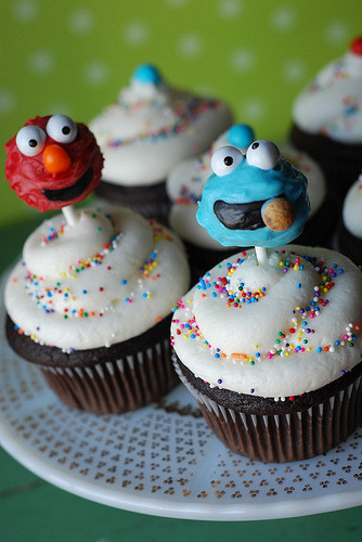 sdemuro:  Elmo and Cookie Monster cake pops on cupcakes (via Cupcakes Take The Cake: Cake pops on cupcakes: a 2 in 1 treat, plus Toy Story and Super Mario cupcake shooters!)