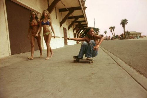 Sidewalk Surfer, Huntington Beach, 1976. Photo by Hugh Holland