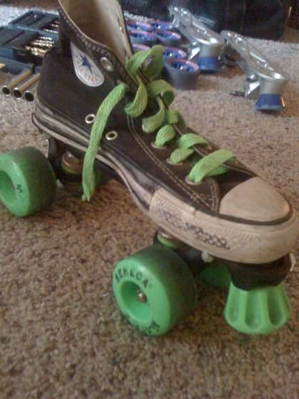 larkcrafts:  Turn old converse or vans sneakers into roller skates! See the instructions here!