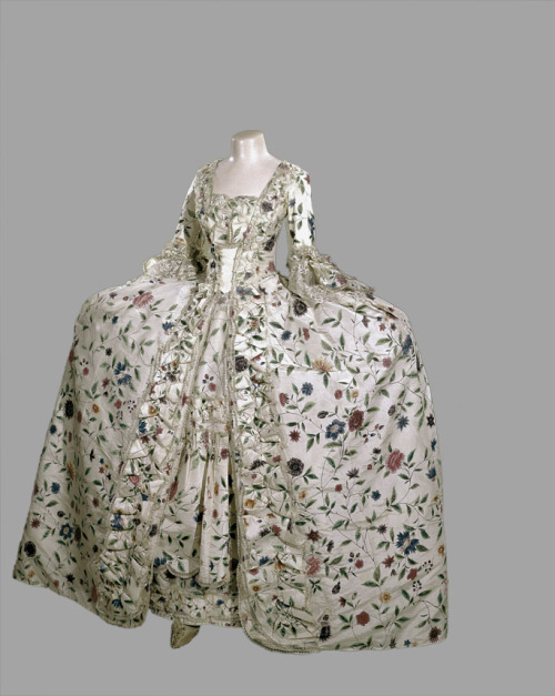 fripperiesandfobs:  Robe a la francaise ca. 1745-50 From the Royal Ontario Museum