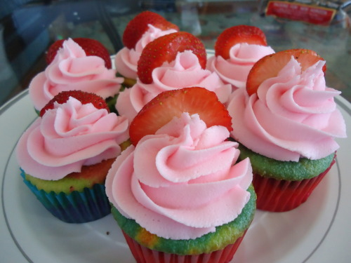 cupcakinsweets:  Tie-dye cupcakes with strawberry buttercream  ….. I will make those soon… *w*