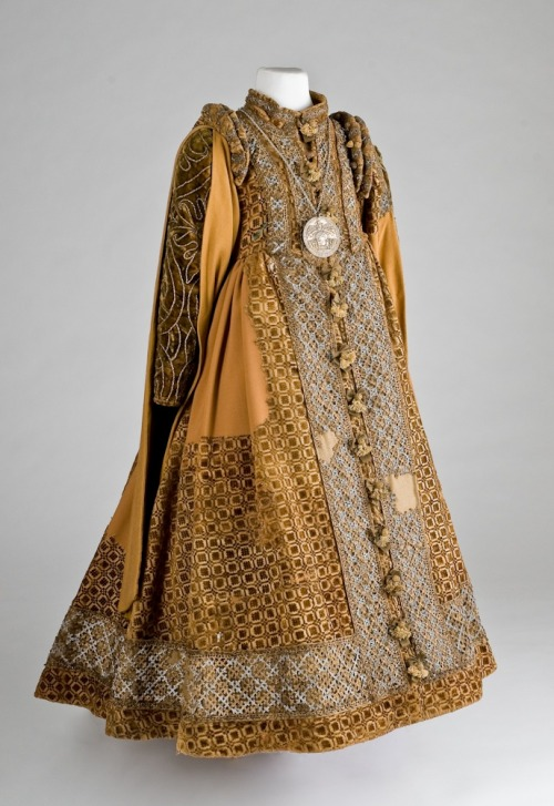 Childrens dress, ca 1600 Germany, Lippisches Landesmuseum Just when I think I've seen everything the distant past has left to offer, I get proven completely wrong.