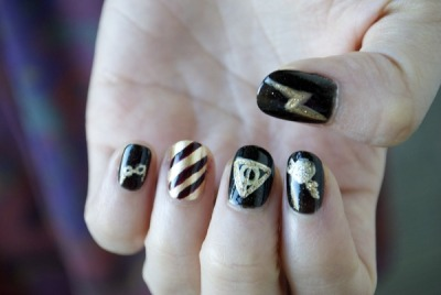 WANT these cute Harry Potter nails! (via Harry Potter Nail Inspiration)
