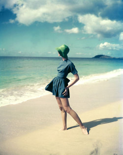 ncash:  theniftyfifties:  1950s beach fashion. Photo by Tom Palumbo.  Beautiful.
