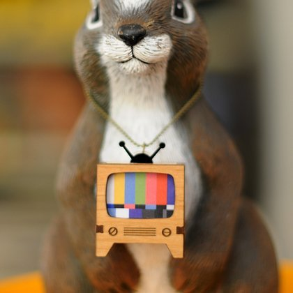 This wooden retro TV charm just looks so hilarious on this squirrel that I couldn't help but share. Great way to display this nostalgia filled necklace.