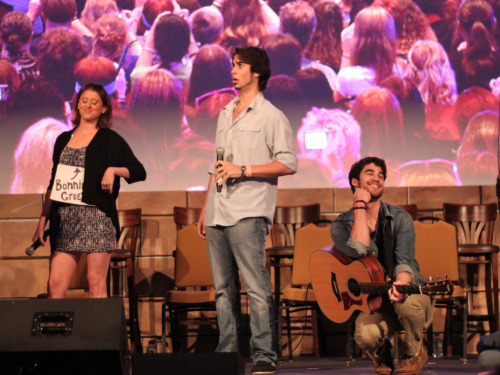 "heylefebvre:  daxterdd:  nolajax:  Jamie, Joey and Darren.   Darren's face right here is precious.  Actually, all their faces are pretty precious. And yay! again for Jamie.  She's so cute.  ""BONNIE GRUESEN?"" <3"