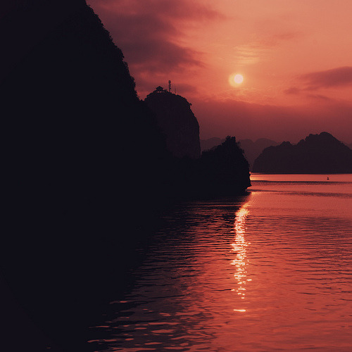 traveling-the-world:  Halong Bay, Vietnam By TyKroh