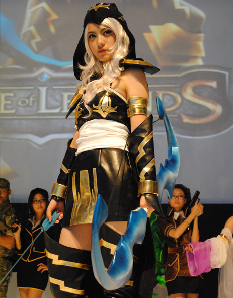 insertnerdyrefrencehere:  A really good Ashe cosplay from League of Legends. I want to go as her next year for anime north but her costume looks really hard :(