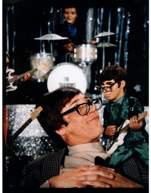 Hank Marvin of The Shadows meets his puppet self from Thunderbirds.