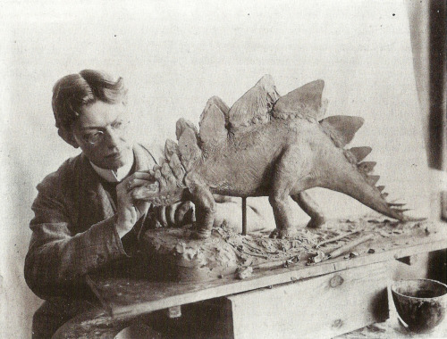 citrussucker:  Paleoartist Charles R. Knight working on a stegosaurus in 1899. This man could be seen as a forerunner of Willis O'Brien and Ray Harryhausen.