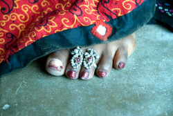 schisms:   Wearing of toe rings is practiced in India. It is worn as a symbol of the married state by Hindu women and is called  bichiya.