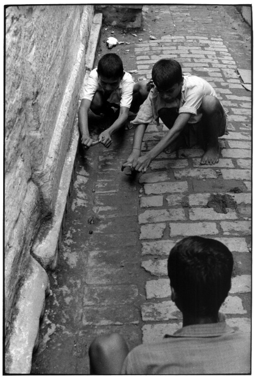 William Gedney Three boys play marbles. Benares, India, 1970.