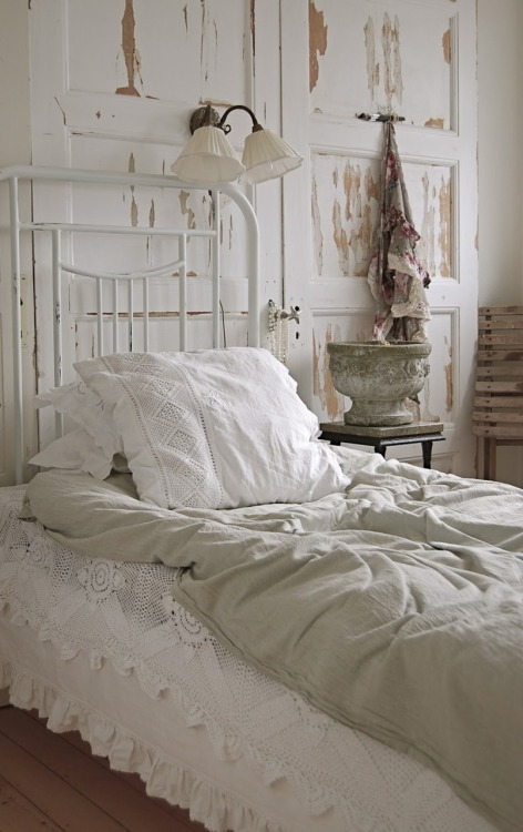 vintagerosebrocante:  source   I want to make love in this bed…