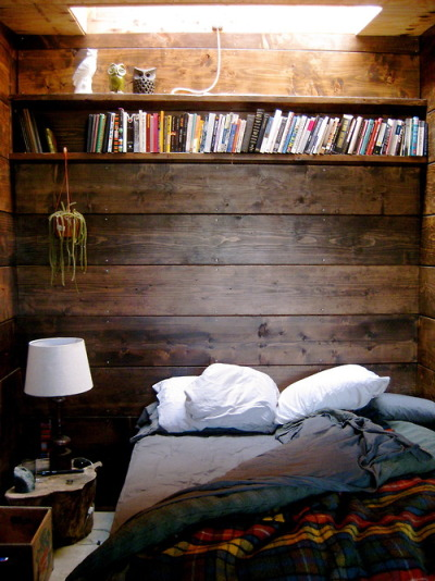 incipere:  This cozy little nook needs me to live in it.