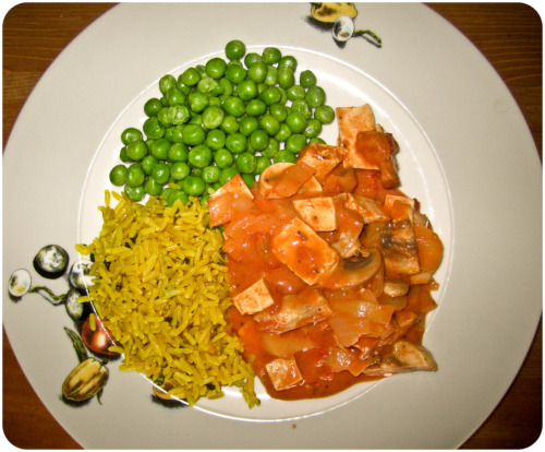 veganized stroganoff with garlic, fresh mushrooms and cold peas* if you want the rice a little bit yellowish, just use some turmeric.