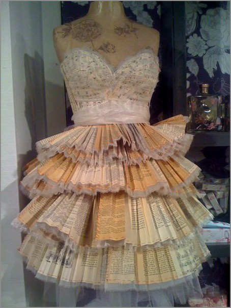 A dress…made from all Harry Potter books…speechless. burnsiebee:  Dress made from Harry Potter books