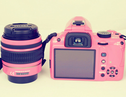 pinkpetitecurl:  PINK DSLR ♥    I WANT ONE SOOOO BAD.