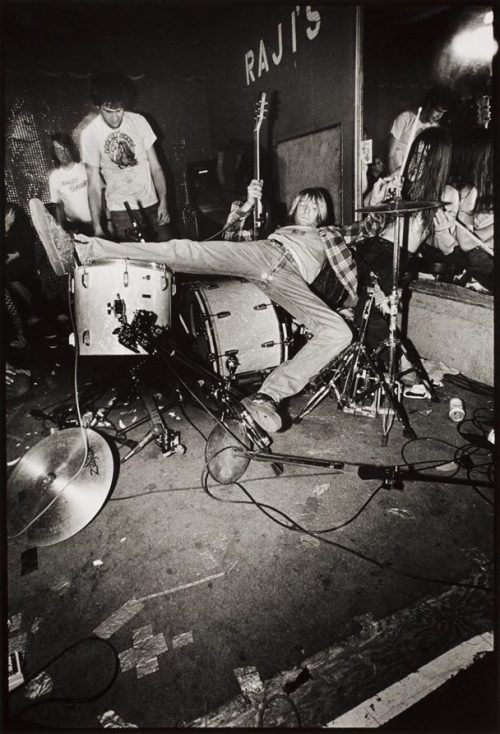 runawaywithmetohell:  Charles Peterson, Kurt Cobain at Raji's nightclub in Hollywood, 1990