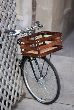 singinginlifeboats:  (via classic handmade wood porter crates for bicycles by onemorebike) So pretty, and with a cup holder!