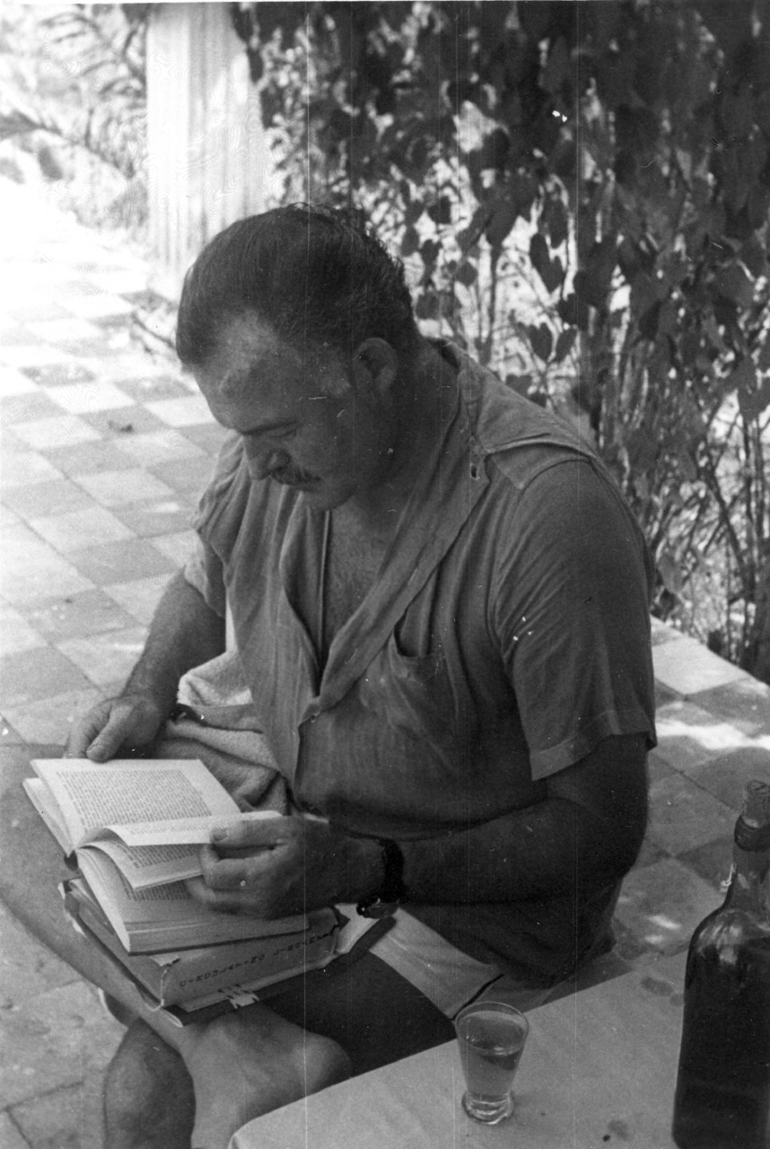 nocureforcuriosity:  Reading in Cuba.