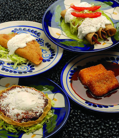Comida mexicana - Quesadilla, Tacos dorados y Sope by Juan Carlos Equihua on Flickr.