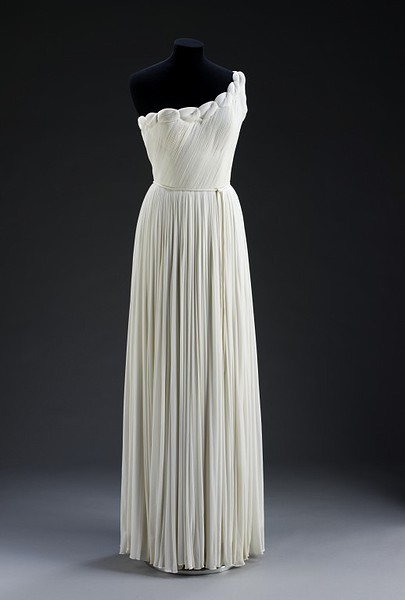 "Madeleine Vionnet ""Queen of the bias cut"" (1876-1975) -French -Also called ""The architect among dressmakers"". -She was the creator of the ""Bias cut"" and draping. -She removed the corset of their proposals and chose long and comfortable dresses, of sheer fabrics such as tulle, muslin and silk crepe. -She removed the corset of their proposals and chose long and comfortable dresses, of sheer fabrics such as tulle, muslin and silk crepe."