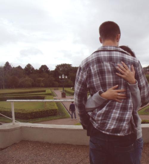 whenitknocksyoudown:  O melhor cheiro, é o cheiro que fica na sua roupa depois de você ter abraçado alguém que você gosta muito.