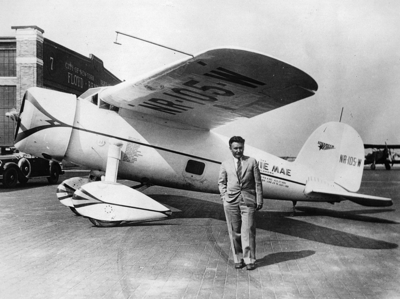 "أول تجربة طيران بمفرده 1933 July 22, 1933 – Wiley Post, the one-eyed aviator, became the first person to fly solo around the world, traveling 15,596 miles (25,099 km) in 7 days, 18 hours and 45 minutes…Photo of Wiley and his Lockheed Vega 5B ""Winnie Mae of Oklahoma"", before embarking on his  record-breaking solo circumnavigation, July 15th, 1933.  (Photo by  Hulton Archive/Getty Images)( i12bent)"
