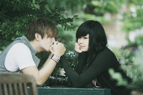 Olhe pra mim, me deixe segurar e beijar sua mão, e me diga que isso não é somente mais um sonho bom. -Caique Silva.