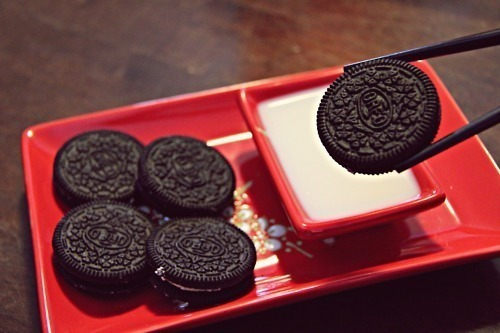 This is fucking ridiculous. It's an Oreo. Utensils of any sort are completely unnecessary.