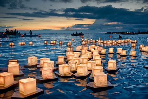 sunsurfer:  Floating Lanterns, Honolulu, Hawaii photo via hawaiiantimes