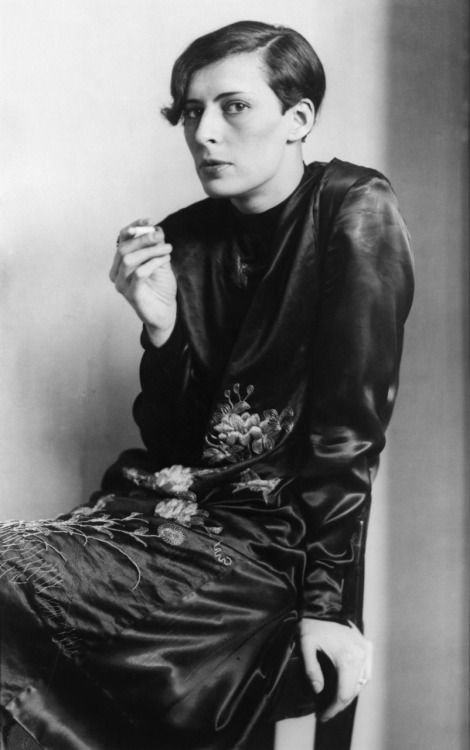 The Elegant Woman, 1927, photo by August Sander © August Sander/BUS 2011  -via m-memeng