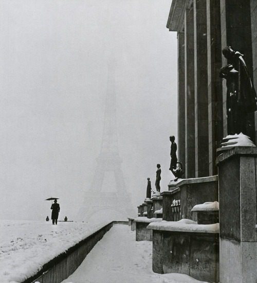 m3zzaluna:  the veiled eiffel tower from the palais de chaillot, paris, 1944  photo by lee miller