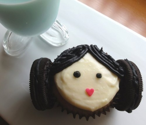 nerdorgeek:  Princess Leia Cupcake  cutest cupcake ever