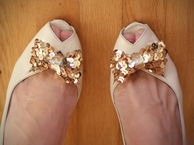 Sequin Shoe Clip | Momtastic If you've wanted to try making your own shoe clips but were put off with the fact that you have to buy shoe clips, then you're in luck. These are made with paper clips! So pretty. And if you don't like sequins you can use a different type of ribbon.