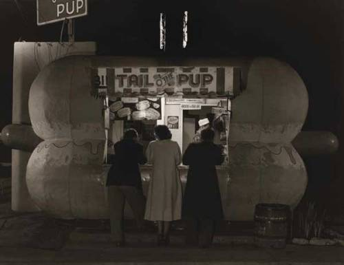 Tail-O-The-Pup restaurant in Los Angeles, CA - 1949