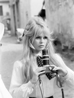 My ultimate fashion icon - Brigitte Bardot epitomizes the sex appeal and glamour of the 1960s.  Such a bombshell! I mean blonde, big hair, big eyes, big lashes – need I say more? Seriously mah-jor.