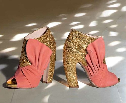 Spotted these Miu Miu Fall 2011 shoes on one of my friends blogs and fell in love. Considering my life as an unpaid internship-loving college student won't afford me them, this is the best I can do for now!