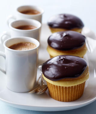 justbesplendid:  Boston cream cupcake via Woman's Day