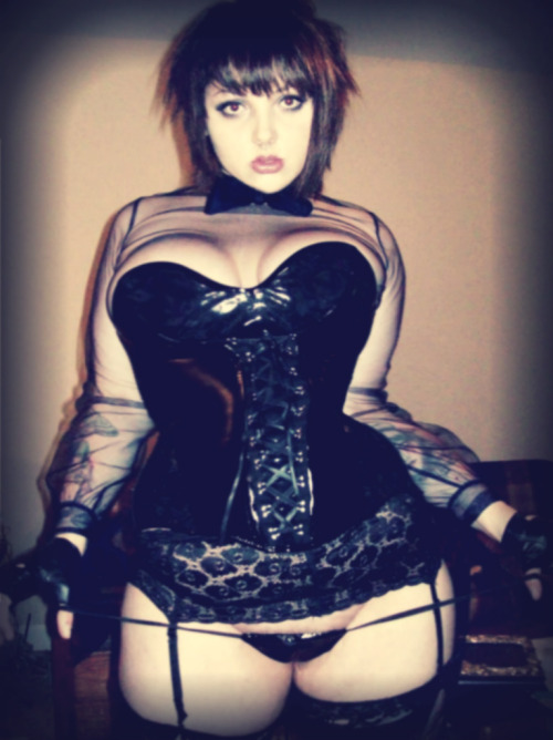 killerkurves:  Cute face, tiny waist. Oh, and super-voluptuous curves. [follow for LOADS more from her] - Certified #KillerKurves