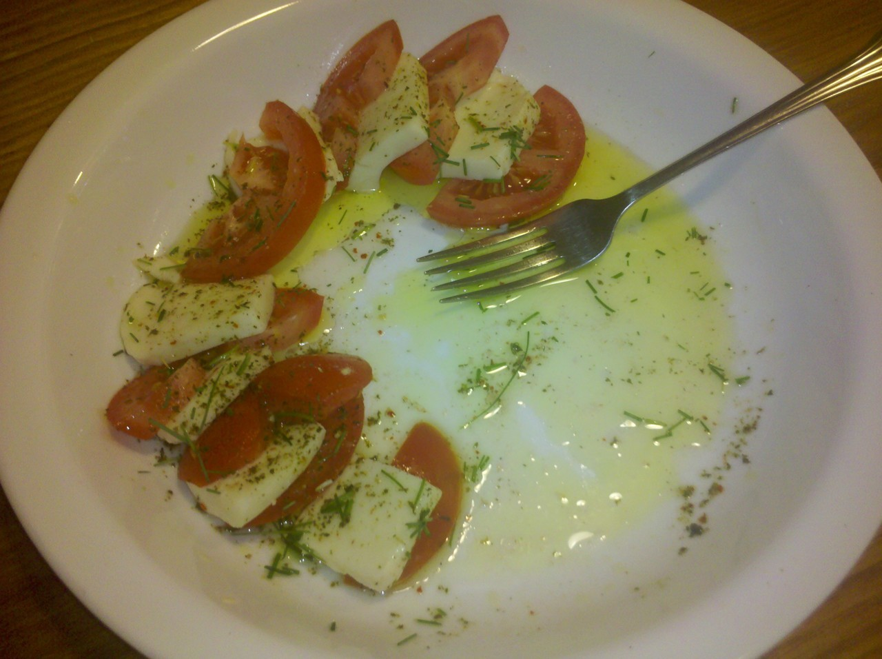 Just have to say that my favorite appetizer this summer has been fresh tomatoes, the real kind of mozzarella, dipping spices, olive oil, and of course little chive/green onions as a garnish…we had already gone through half a plate =D