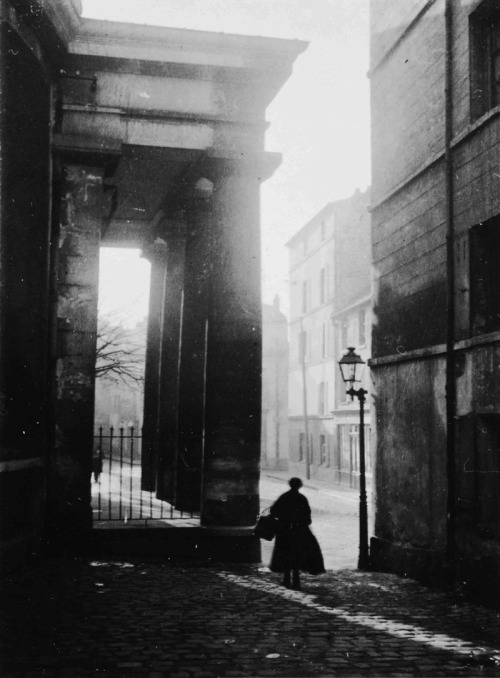 André Kertész, Figure and column with street lamp, 1925 (thanks m3zzaluna)