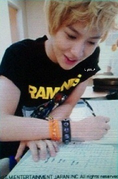 shineetown:  Adorable Taemin writing down :D