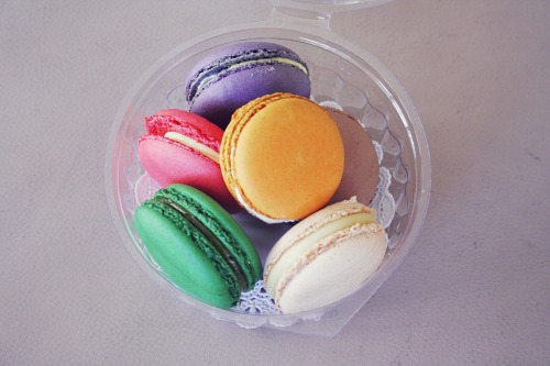 Loveeeeeee macarons. I need to bake some again. <3